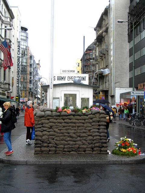 Kitschiges Fotosujet am Checkpoint Charlie